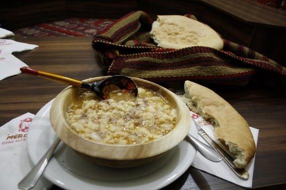 Živilės Necejauskaitės nuotr./Tradicinis turkmėnų valgis – miežių sriuba