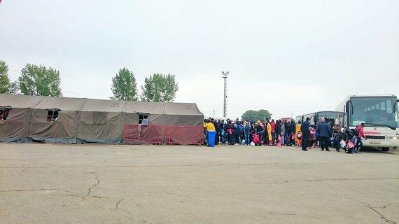 Asmeninės nuotr./Šiais autobusais žmonės atvežami į pabėgėlių stovyklą registracijai