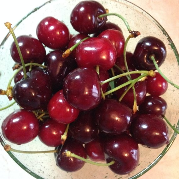 Virginijos Pupeikytės-Dzhumerovos nuotr./Viešėdami Bulgarijoje nepraleiskite progos pasilepinti saldžiais ir pigiais vaisiais – kilogramas gigantiškų vyšnių birželį turguje kainuoja apie 1,6 levo (~80 eurocentų)