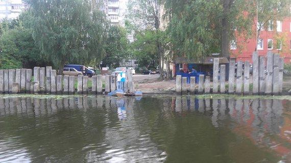 Vaido Mikaičio nuotr./Gyvenamojo namo kiemas išeina ne į gatvę, o į upę Prieglių