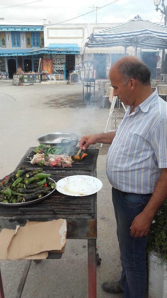 Vaido Mikaičio nuotr./Kavinės savininkas puolė pats lietuviams kepti šašlykų