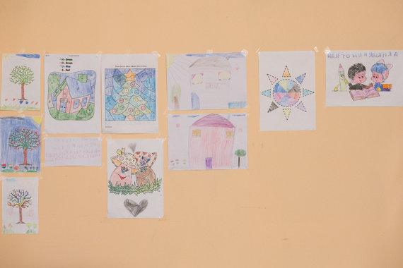 Arkadijaus Babachino nuotr./Romų vaikų piešiniai bendruomenės centre Eišiškėse