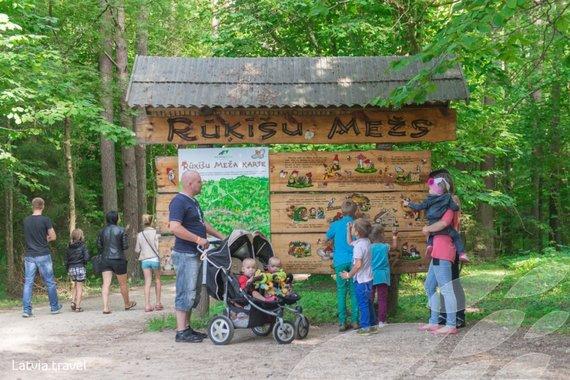 Latvia.travel.lv nuotr./Į Nykštukų mišką (latv. Rūkišu mežs) įėjusius pasitinka informacinės lentos. Deja, jose informacija tik latvių kalba