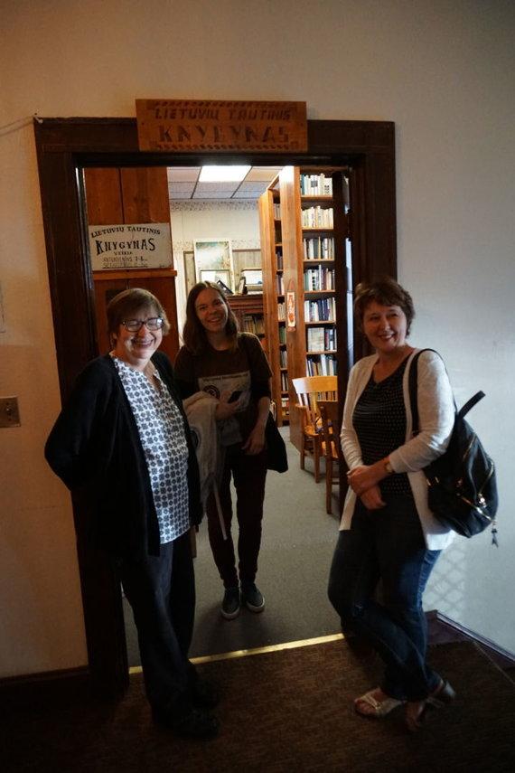 """""""Tikslas – Amerika"""" projekto nuotr./Baltimorės lietuviai sutinka """"Tikslas – Amerika"""" savanorius tautiniame knygyne"""
