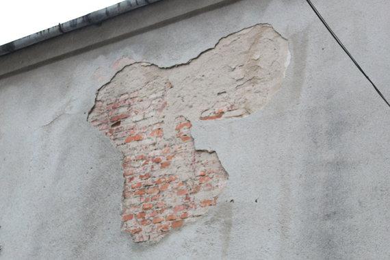 A.Jašinskienės/15min.lt nuotr./Daugiabučio fasadas – byrantis.