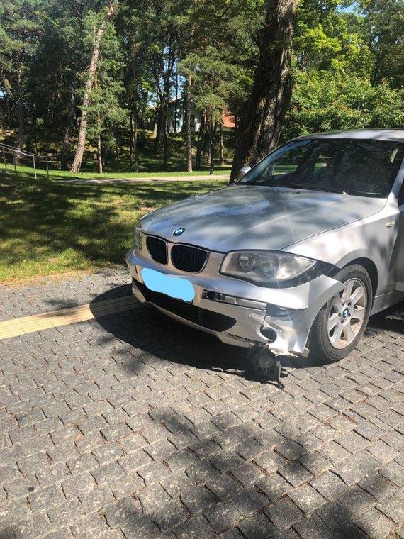 Asmeninio arch. nuotr./Apdaužytas vadovės BMW automobilis.