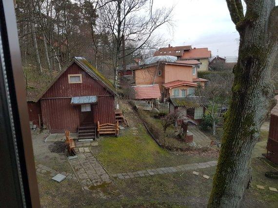 T.Pokoniečnaja nuotr./Juodkrantėje vėjas apgadino stogą.