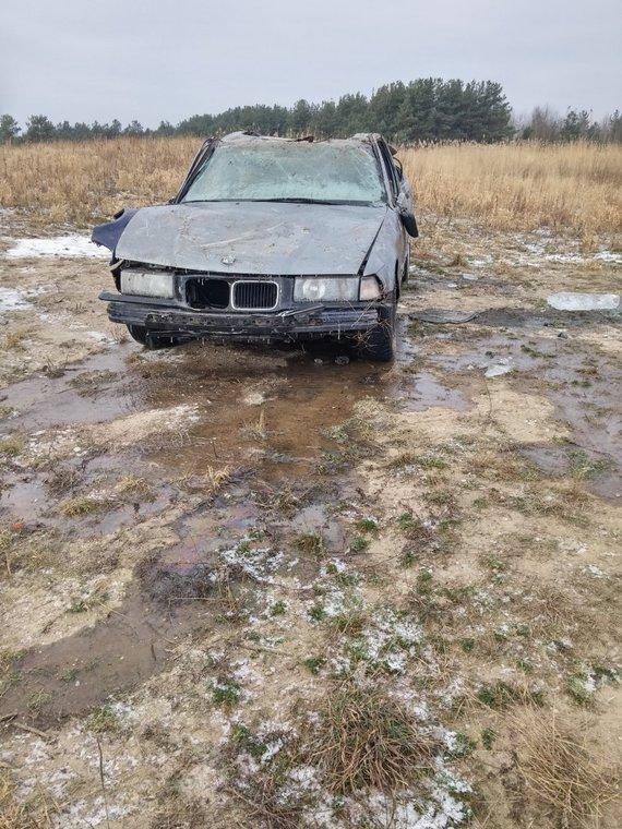 A.Mockaus nuotr./Pasivažinėjimas ledu BMW baigėsi nesėkmingai, šis buvo paniręs po vandeniu.