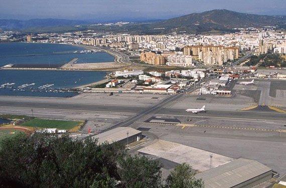 """""""Scanpix"""" nuotr./Gibraltaro oro uostas stebina visus atvykusius turistus. Kilimo ir nusileidimo takas įrengtas judrioje gatvėje, kur didelis automobilių srautas"""