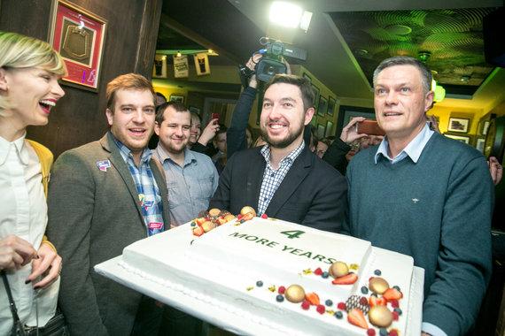 Juliaus Kalinsko / 15min nuotr./Remigijus Šimašius švenčia pergalę Vilniaus mero rinkimuose