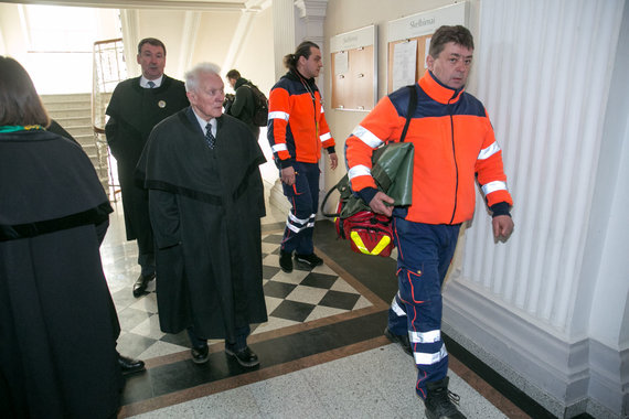 Juliaus Kalinsko / 15min nuotr./Sausio 13-osios bylos adovakatas išvežtas į ligoninę