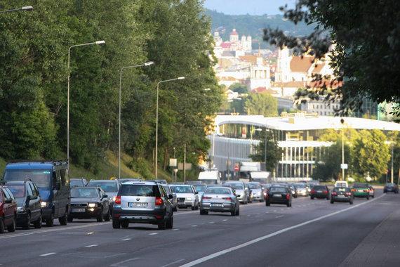 Juliaus Kalinsko / 15min nuotr./Eismas Ukmergės gatvėje nuo Šeškinės kalno