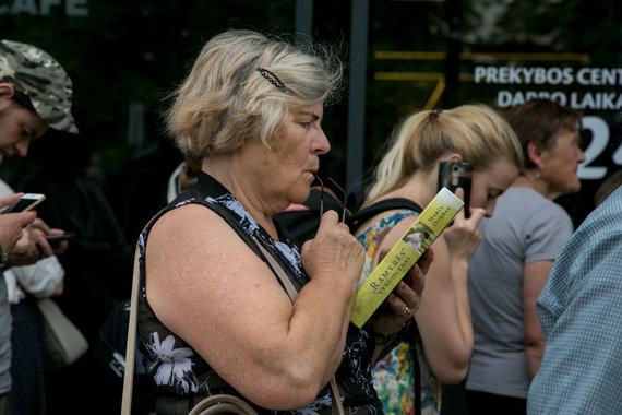 """Juliaus Kalinsko / 15min nuotr./Prie atsinaujinusios Vilniaus Mindaugo gatvės """"Maximos"""" žmonės laukė kelias valandas"""