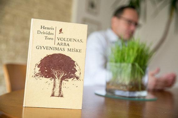 """Juliaus Kalinsko / 15min nuotr./Žygimanto Pavilionio mėgstama knyga """"Valdenas, arba gyvenimas miške"""""""