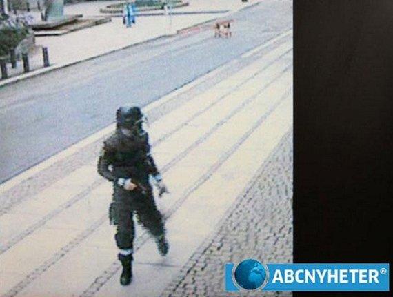 """""""Reuters""""/""""Scanpix"""" nuotr./Andersas Behringas Breivikas, užfiksuotas stebėjimo kamerų likus kelioms minutėms iki pirmojo išpuolio"""