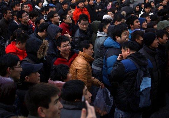 """""""Reuters""""/""""Scanpix"""" nuotr./Minia žmonių prie """"Apple"""" parduotuvės Pekine"""