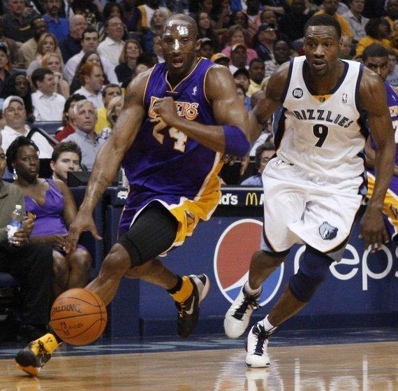 "AP/""Scanpix"" nuotr./Kobe Bryantas ir Tony Allenas"