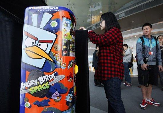 """AP/""""Scanpix"""" nuotr./Moteris išbandė """"Angry Birds Space"""" žaidimą."""