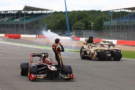 """""""Lotus"""" komandos pilotas Romainas Grosjeanas prie savo """"Formulės-1"""""""