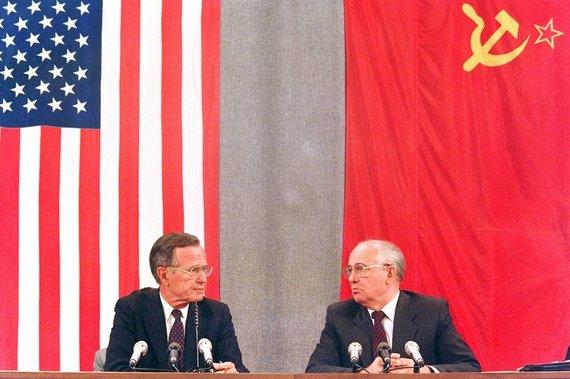 """AFP/""""Scanpix"""" nuotr./George'as Bushas vyresnysis ir Michailas Gorbačiovas (1991 m. liepos 31 d.)"""