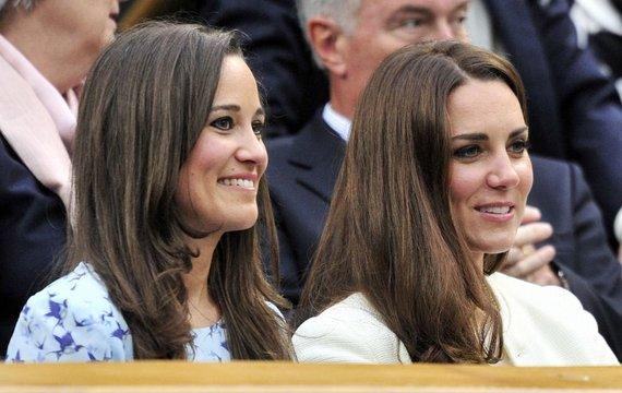 """""""Reuters""""/""""Scanpix"""" nuotr./Kembridžo hercogienė Catherine (dešinėje) su seserimi Pipa Middleton Vimbeldono teniso turnyre"""