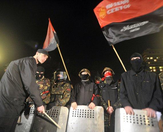 """AFP/""""Scanpix"""" nuotr./Ukrainos ultranacionalistinio judėjimo """"Pravyj sektor"""" nariai prie Aukščiausiosios Rados"""