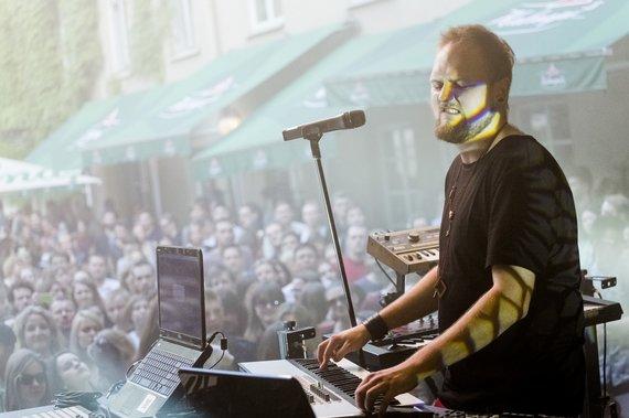 """Gedimino Bartuškos nuotr./""""Golden Parazyth"""" ir """"Beissoul & Einius"""" koncertas Mokytojų namų kiemelyje"""