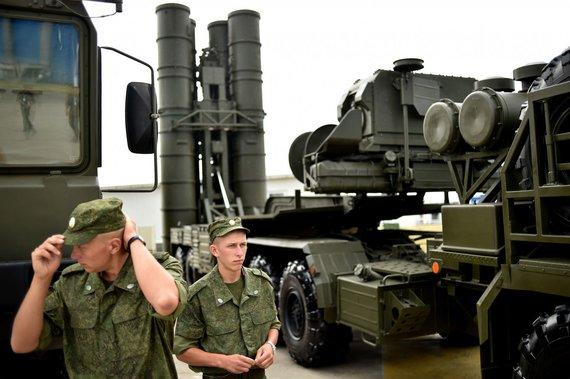 """AFP/""""Scanpix"""" nuotr./Rusijos kariai prie oro gynybos sistemos """"S-400 Triumf"""""""