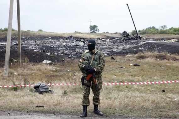 """""""Reuters""""/""""Scanpix"""" nuotr./Prie numušto """"Malaysia Airlines"""" lėktuvo nuolaužų Donecke, Ukrainoje."""