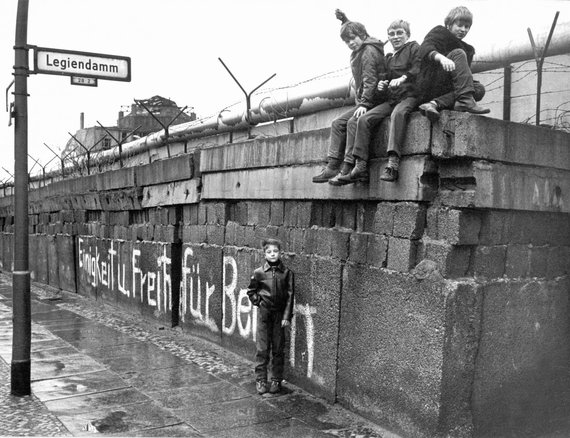 """Scanpix""/""Picture-Alliance"" nuotr./Vaikai sėdi ant Berlyno sienos (1972 m.)"