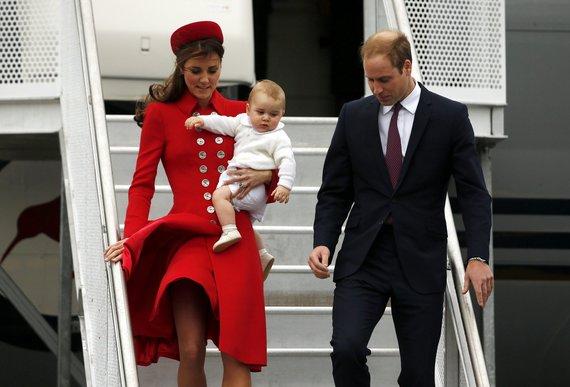 """""""Reuters""""/""""Scanpix"""" nuotr./Didžiosios Britanijos princas Williamas su žmona Catherine ir sūnumi Georgeu lipa iš lėktuvo"""