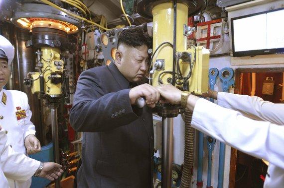 """""""Reuters""""/""""Scanpix"""" nuotr./Šiaurės Korėjos lyderis Kim Jong Unas povandeniniame laive prie periskopo."""