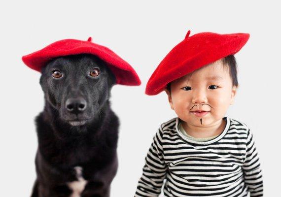 """""""Scanpix""""/""""Caters News Agency"""" nuotr./Šuo ir vaikas su vienodais galvos dangalais"""