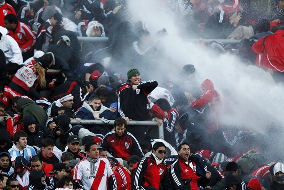 """""""Reuters""""/""""Scanpix"""" nuotr./Vandens srove bandoma sutramdyti įsisiautėjusius """"River Plate"""" gerbėjus"""
