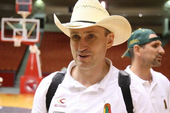 T.Tumalovičiaus/Krepšinio širdis nuotr./Kęstutis Kemzūra dovanų gavo kaubojišką skrybėlę