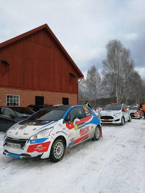 Aistės Kirsnytės nuotr. /Švedijos ralio dalyviai laukia starto bandomajame greičio ruože
