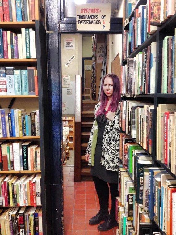 """Asmeninio archyvo nuotr./Aušra Kaziliūnaitė viename savo mėgstamiausių Amsterdamo naudotų knygų knygynų """"The Book Exchange"""""""