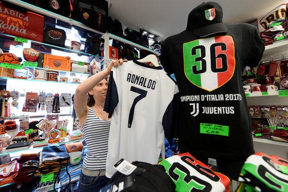 """""""Scanpix"""" nuotr./Prekyba Cristiano Ronaldo marškinėilais"""