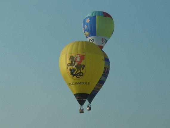 15min nuotr./Rimo Kostiuškevičiaus pilotuojamas balionas (priekyje)
