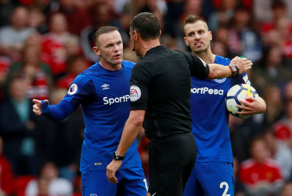 """""""Scanpix"""" nuotr./""""Everton"""" futbolininkai ginčijasi su teisėju"""