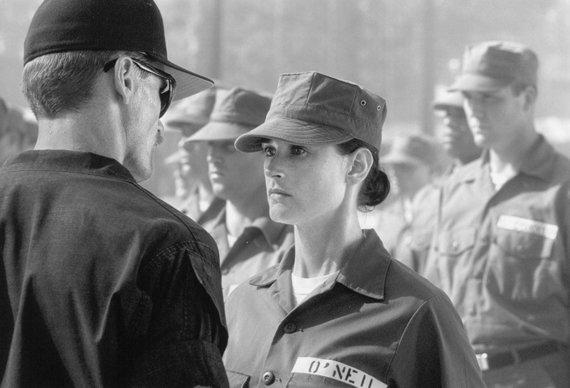 """Kadras iš filmo/Demi Moore filme """"Eilinė Džein"""" (1997)"""