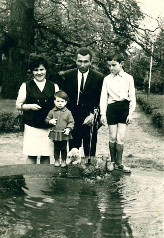 Asmeninio albumo nuotr./Arina su mama, tėčiu ir broliu