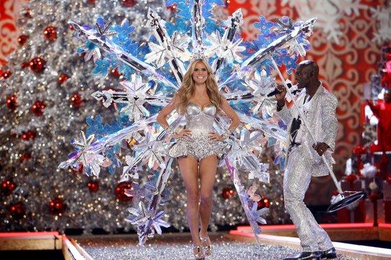 """""""Reuters""""/""""Scanpix"""" nuotr./Heidi Klum ir Sealas per """"Victoria's Secret"""" šou 2007-aisiais"""