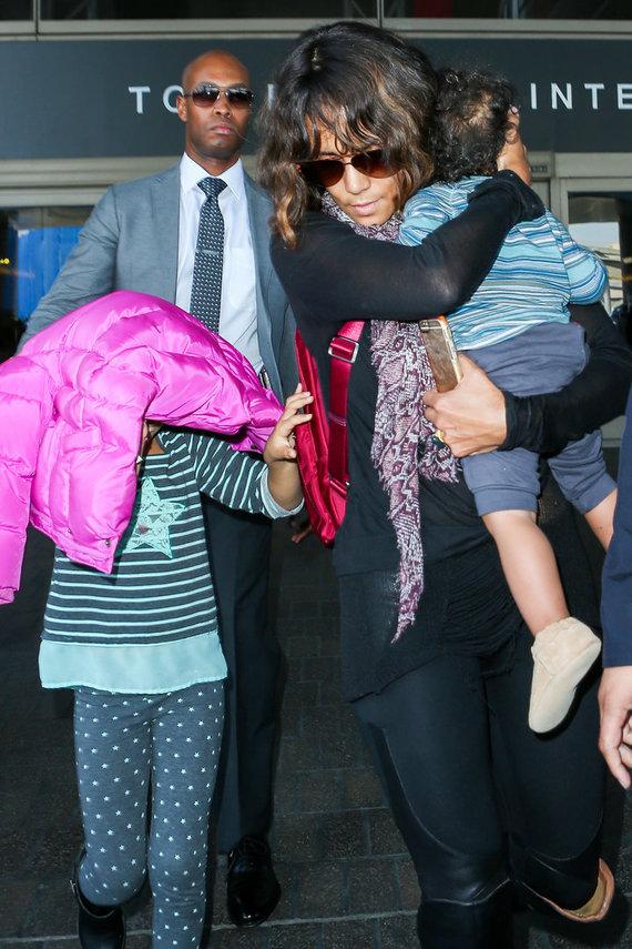 """""""Scanpix""""/XPOSUREPHOTOS.COM nuotr./Halle Berry su vaikais"""