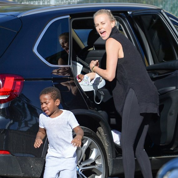 Vida Press nuotr./Charlize Theron su sūnumi Jacksonu