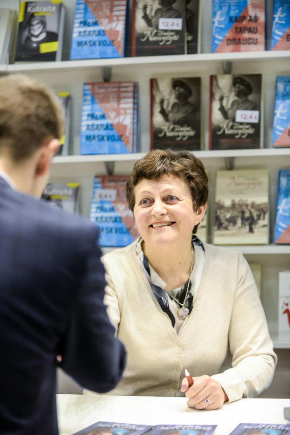 """""""Alma littera"""" nuotr./Irena Buivydaitė-Kupčinskienė knygų mugėje"""