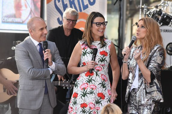 """""""Scanpix""""/""""Sipa USA"""" nuotr./""""Today"""" vedėjai Mattas Laueris ir Savannah Guthrie su laidos viešnia Celine Dion"""