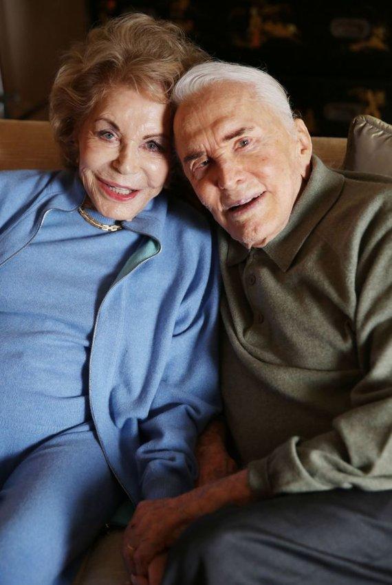 """Scanpix""/AP nuotr./Kirkas Douglasas su žmona Anne (2014 m.)"