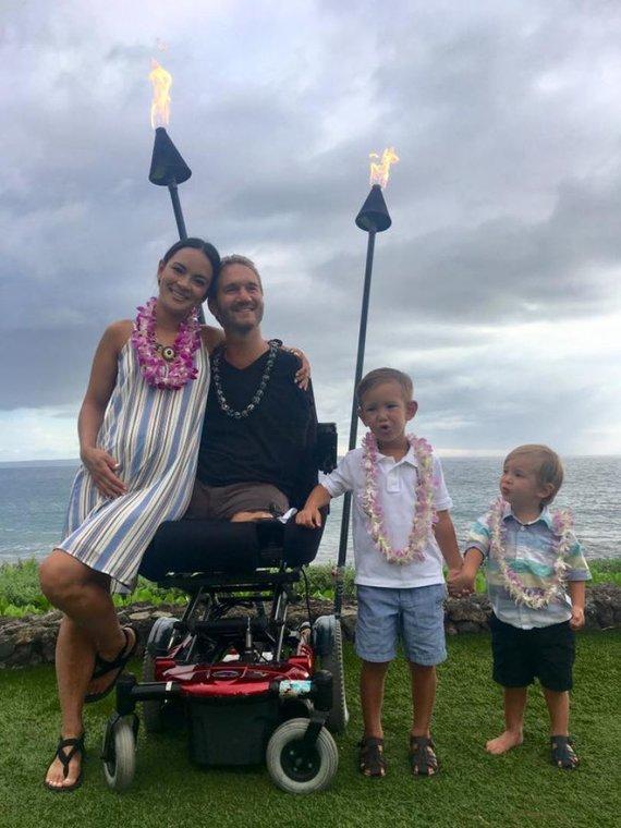 """""""Facebook"""" nuotr./Nickas Vujicicius su žmona Kanae Vujicic ir sūnumis Kiyoshi bei Dejanu"""