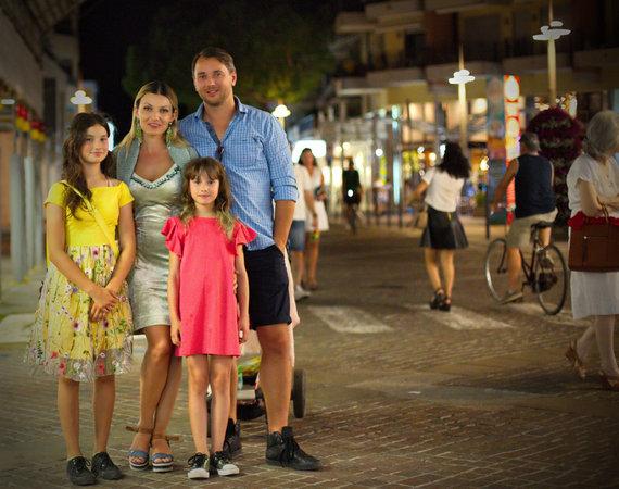 Asmeninio albumo nuotr./Viktorija Jakučinskaitė ir Vitalijus Jančenkovas su dukromis Italijoje